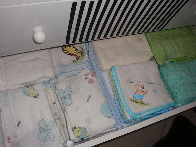 Como organizar o enxoval do bebê num cômoda