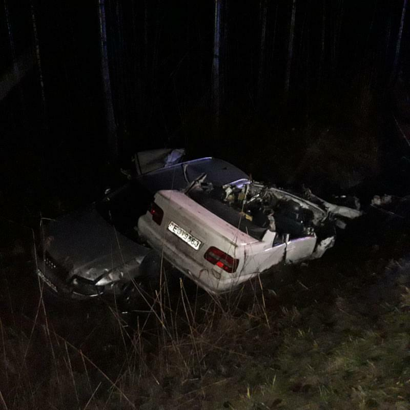 Avārijā cietušās mašīnas guļ grāvī