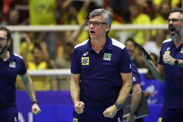 Renan Dal Zotto, técnico da seleção brasileira de vôlei, vibra no comando da equipe na Liga das Nações