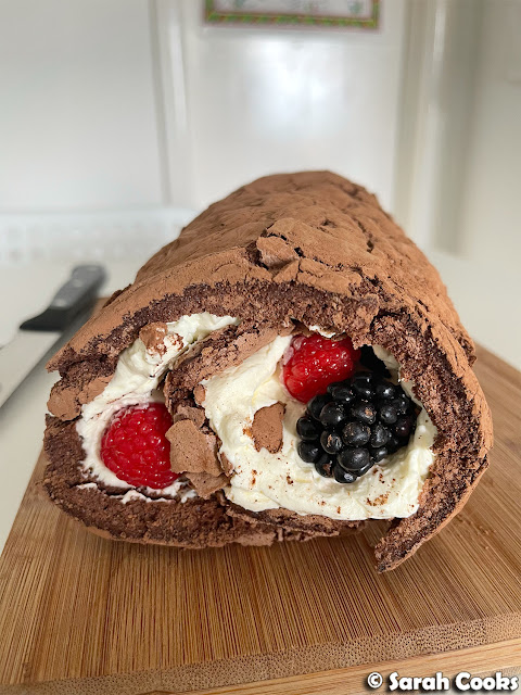 Cocoa meringue roulade with mascarpone and berries