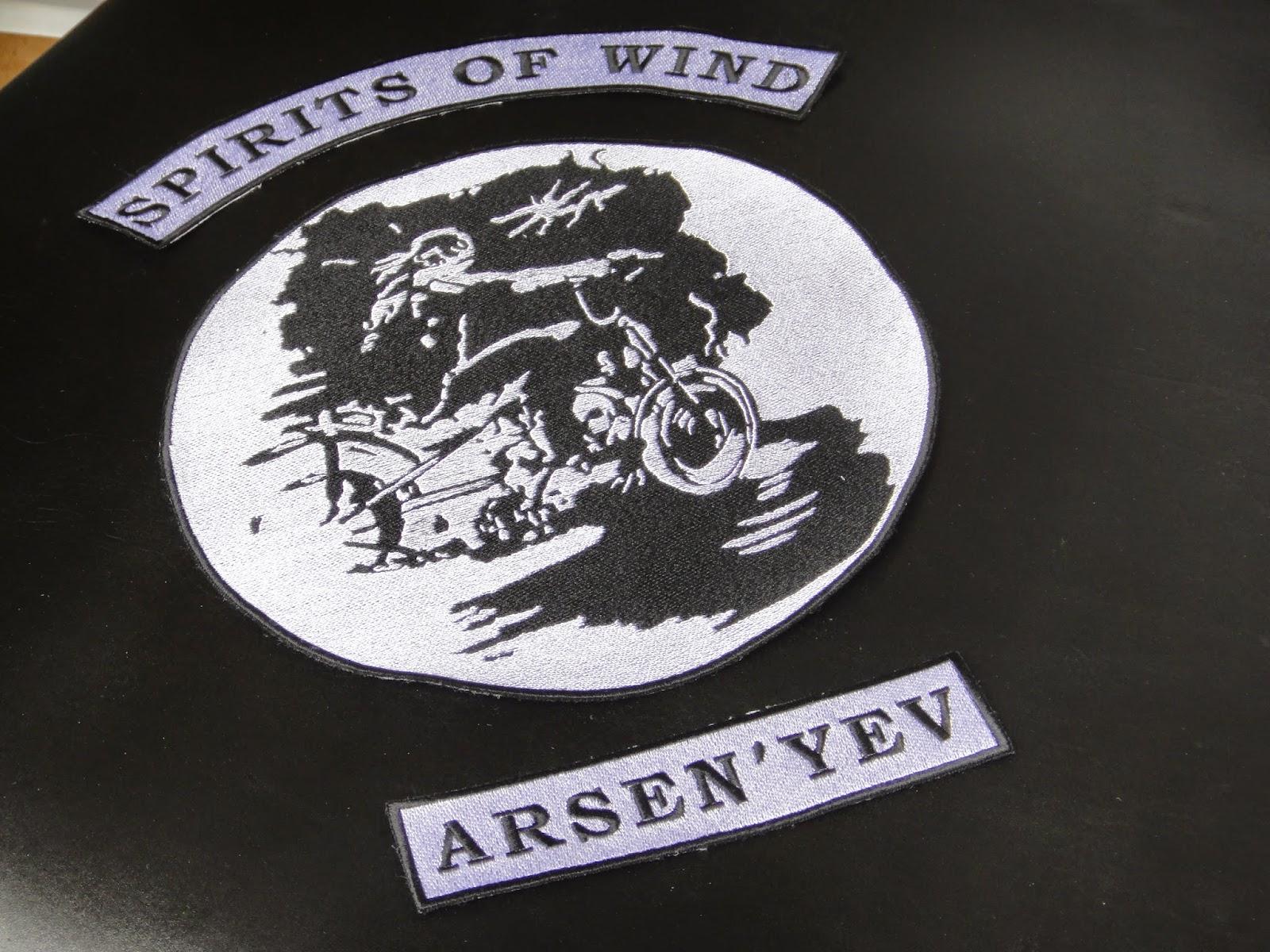 Трехчастная эмблема байкерского клуба: нашивка на спину и два рокера