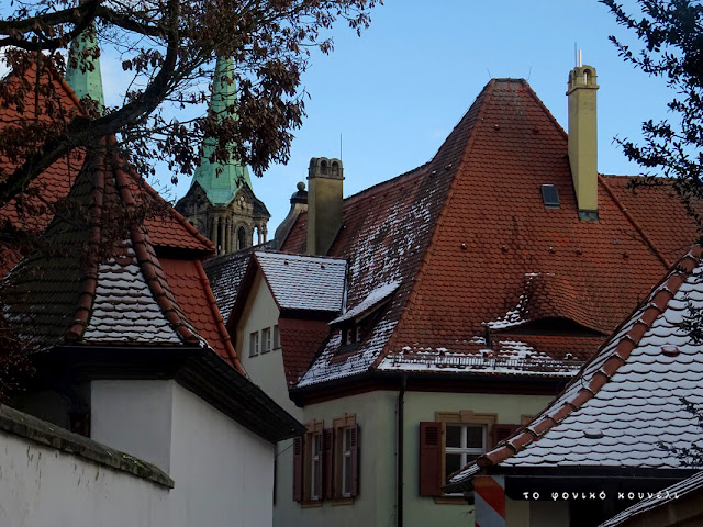 Στέγες σπιτιών και καμινάδες και καθεδρικός ναός στο βάθος... από το Bamberg της Γερμανίας / Rooftops and cathedral in the back, Bamberg, Germany