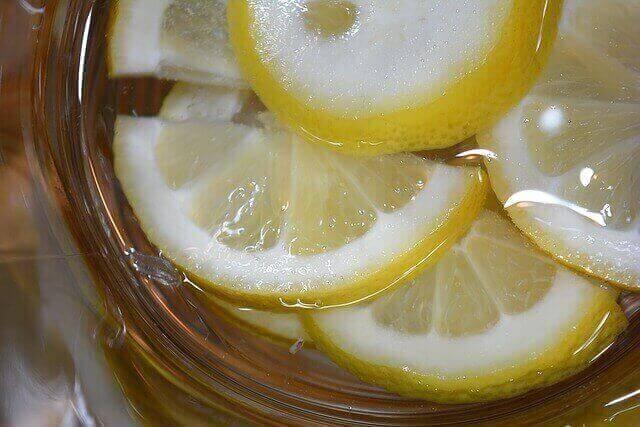 تشتهر دول حوض البحر المتوسط بأنواع متعددة ومختلفة من المخللات منزلية الصنع.  ويعتبر الليمون المخلل من المخللات التي اشتهرت بها المناطق الساحلية كالإسكندرية واليونان، وغيرهما.  يقدم مخلل الليمون غالبا مع الأسماك وبعض أنواع حساء السمك وحساء العدس بصفة خاصة.