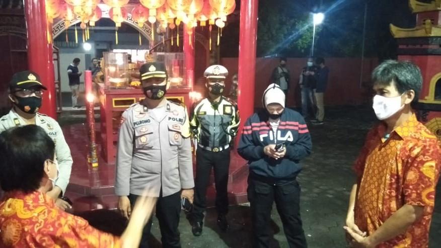 Polisi Pantau Pelaksanaan Ibadah Imlek di Klenteng Hok Tek Bio