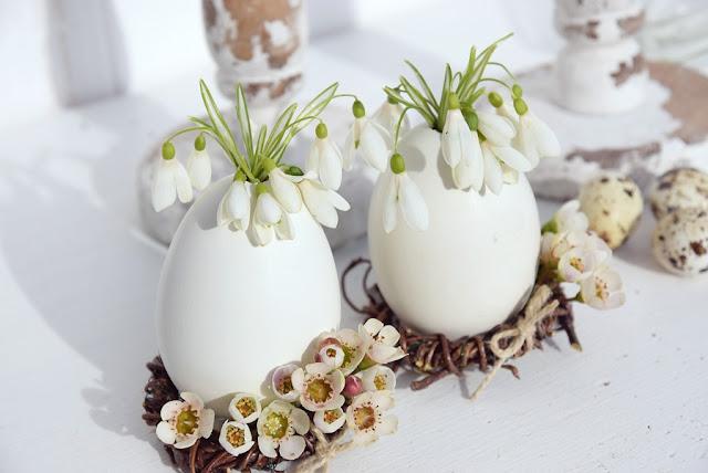 Für meine diesjährige Osterdeko habe ich ausschließlich Naturmaterialien verwendet. Auf gefärbte Eier habe ich diesmal vollends verzichtet. Nur ein paar bunte Blumen setzen fröhliche Farbtupfer in der überwiegend weiß gehaltenen Osterdeko. Durch die schlichte Natürlichkeit wirkt diese Deko ruhig, harmonisch und gleichzeitig auch festlich.