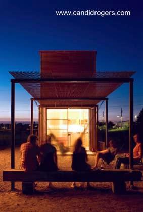 Vista nocturna del patio trasero de casa pequeña económica