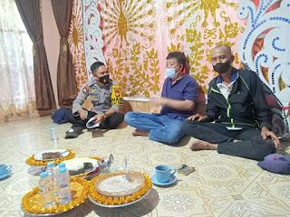 Bhabinkamtibmas Polsek Baraka Polres Enrekang Kontrol Warga Yang Akan Laksanakan Pesta Nikah Di Desa Binaan