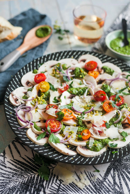 Fast mushroom carpaccio with parsley pesto, pistachios and parmesan. Great for barbecues, buffets or light dinners.