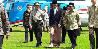 Jokowi Pakai Sarung Saat Kunjungan Kerja, Kok Bisa ?