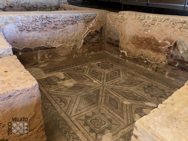 Habitación 3 con mosaicos decorando el pavimento en la villa romana de Almedinilla