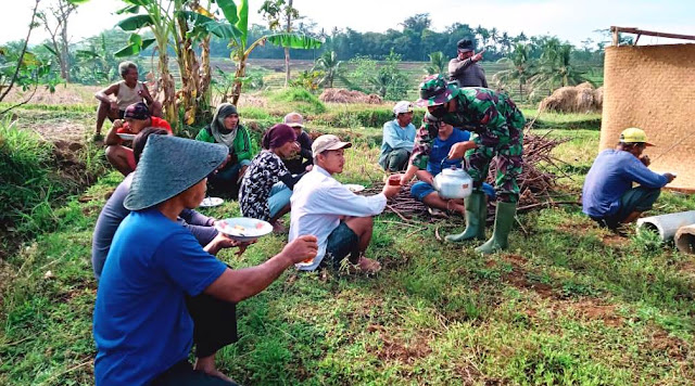 KARANGANYAR  -  TNI Terus Jalin Keakraban Dengan Warga Jatiwarno