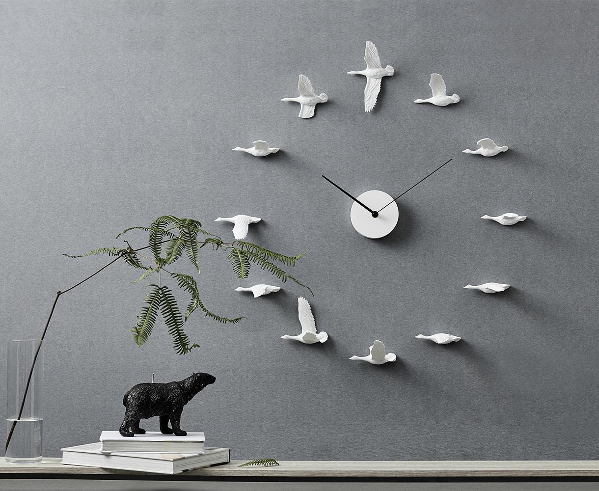 Migrujące ptaki na ścianie w postaci zegara