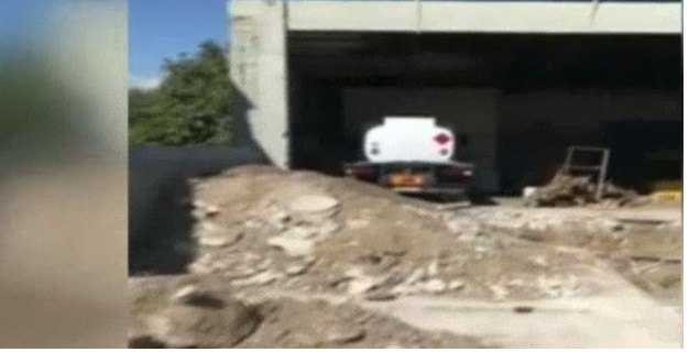 Με μπουλντόζες «μπούκαρε» το ΣΔΟΕ σε βενζινάδικο στην Ελευσίνα -Πώς έκλεβαν όλους τους οδηγούς στα καύσιμα [βίντεο]