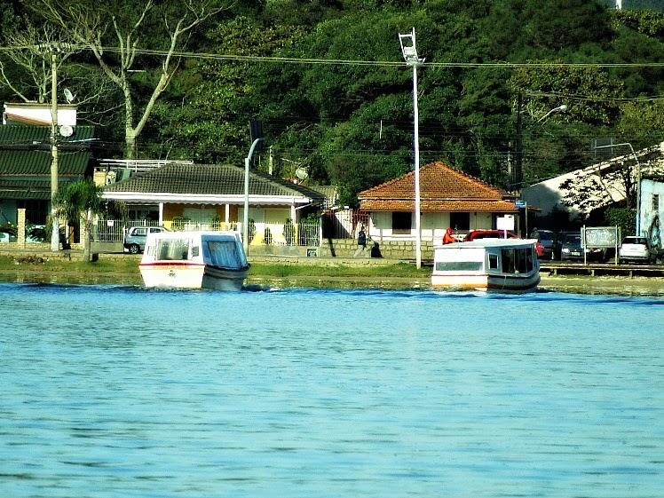 Chegada dos barcos que fazem o transporte ao longo da Costa da Lagoa da Conceição, Florianópolis