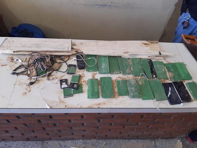 Policiais penais encontram celulares ocultos em tábua