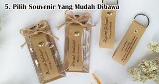 Pilih Souvenir Yang Mudah Dibawa adalah salah satu tips memilih souvenir pernikahan