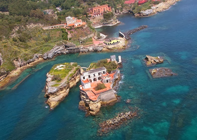 "The last private owner of the island was Gianpasquale Grappone, who was jailed. Newspapers talked again about the ""Gaiola Malediction"" (Gaiola curse) in 2009, after the murder of Franco Ambrosio and his wife Giovanna Sacco, who owned a villa opposite the island."