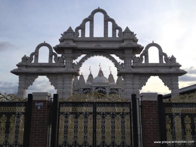 puerta principal del templo hindú en Londres