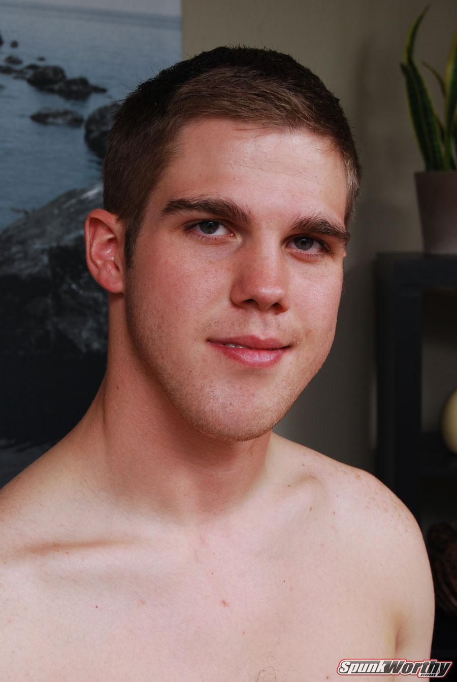 Il ragazzo che sta facendo il tour dei bagni più fighi di
