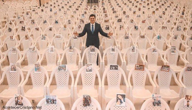 Fotos de fieles en sillas de iglesia