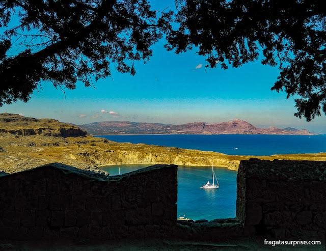 Enseada de Lindos, na Ilha de Rodes, vista da Acrópole Dórica de Lindos