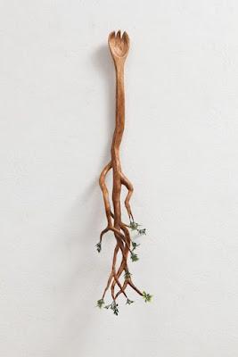 Una cuchara con ramas y hojas.