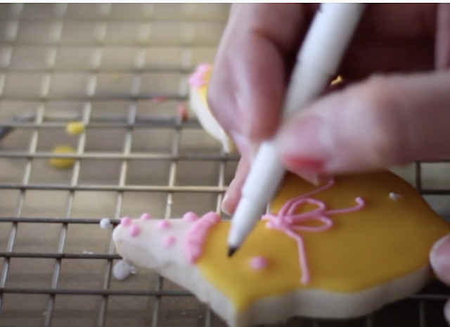 Easy Glazed Recipe for cookie decorating @ www.thecookiecouture.com