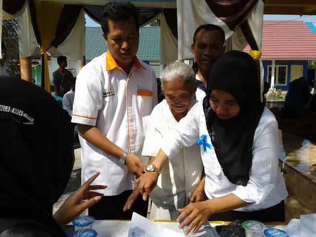 Salah satu Lansia Dhuafa yang dibantu untuk memilih makanan dan minuman di bazzar Gratis