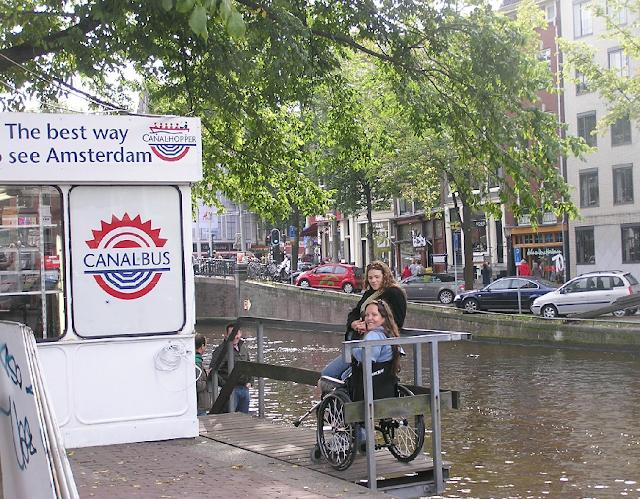 Passeio de barco pelos canais para deficientes físicos em Amsterdã