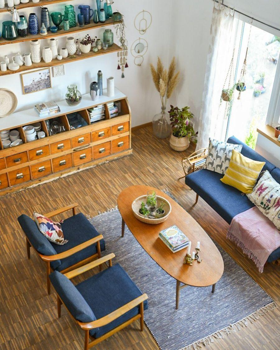 Wiosenne kolory w klimatycznym mieszkanku, wystrój wnętrz, wnętrza, urządzanie domu, dekoracje wnętrz, aranżacja wnętrz, inspiracje wnętrz,interior design , dom i wnętrze, aranżacja mieszkania, modne wnętrza, home decor, styl skandynawski, scandi, scandinavian style,  salon, pokój dzienny, living room, otwarty salon, otwarty plan, schody, cegła, cegła na ścianie, stół, krzesła, ławka przy stole, fotel, sofa, kanapa, vintage