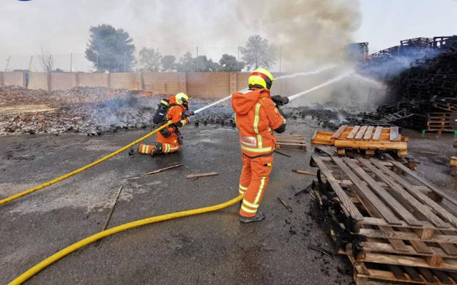 Un impresionante incendio en una fábrica de palés moviliza seis dotaciones de bomberos