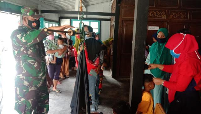 Posyandu Saat Pandemi, Personel Jajaran Kodim 0207/Simalungun Sosialisasikan Tentang Penanganan Gizi Buruk dan Protkes