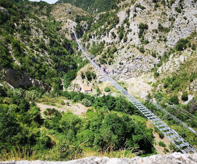 ponte sospeso monti verdi