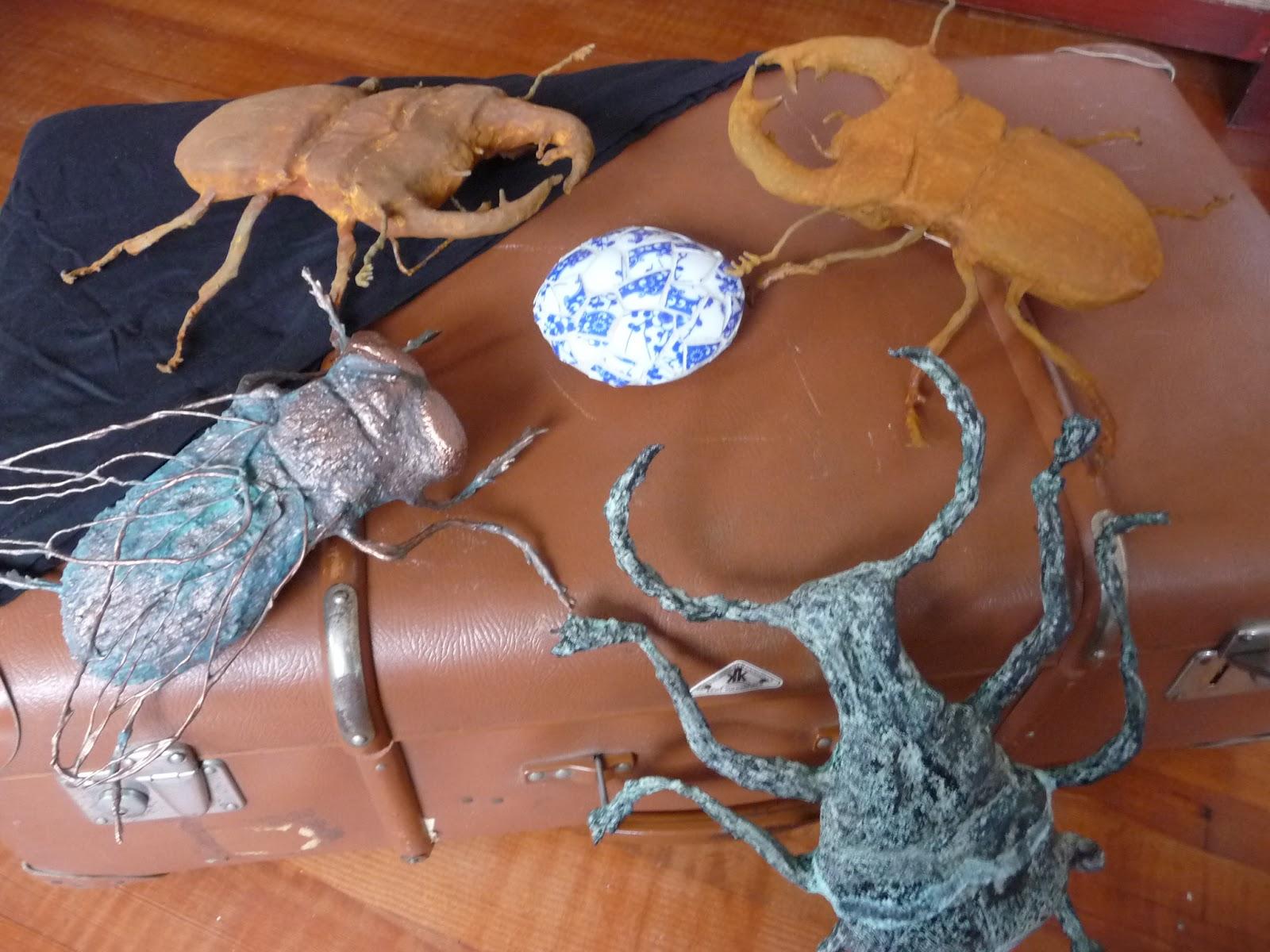 Nun liegt ein Schwerpunkt bei Skulpturen aus Holz Mörtel und Modelliermasse mit Rost und Patina veredelt werden insbesondere habe ich mich der