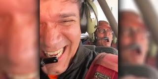 Waldonys prega peça no humorista Mução a bordo de avião; veja vídeo