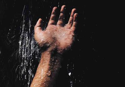 هل الاستحمام بالماء البارد ينقص الوزن؟