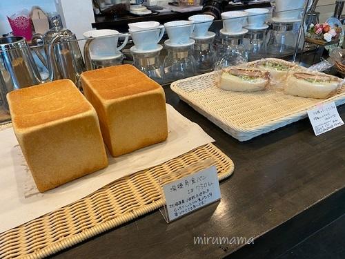 パンが並んだ棚