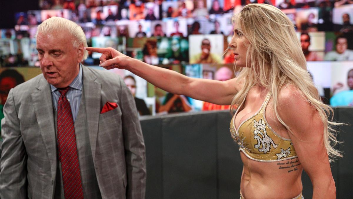 Ric Flair trai Charlotte durante o WWE RAW