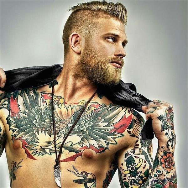 Vemos a un chico con tatuajes