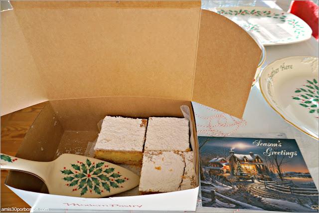 Caja de Pasteles de Modern Pastry y Postal Navideña