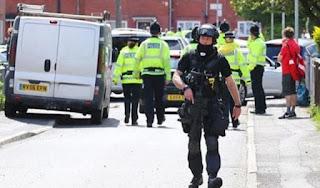 La policía británica arrestó a un hombre en relación con el atentado suicida del lunes. En tanto, fueron liberados una mujer y un adolescente detenidos con anterioridad.