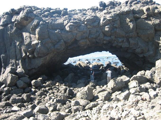 澎湖西嶼-鯨魚洞-巨形海蝕洞 置身洞中可聽海濤怒吼 小門嶼燈塔在旁邊-jing yu dong