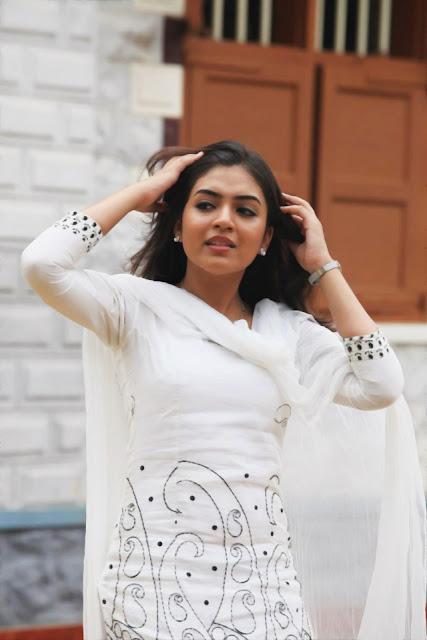 Cute Aishwarya Rai Wallpapers Cute Actress Nazriya Nazim Cute Stills In White Churi