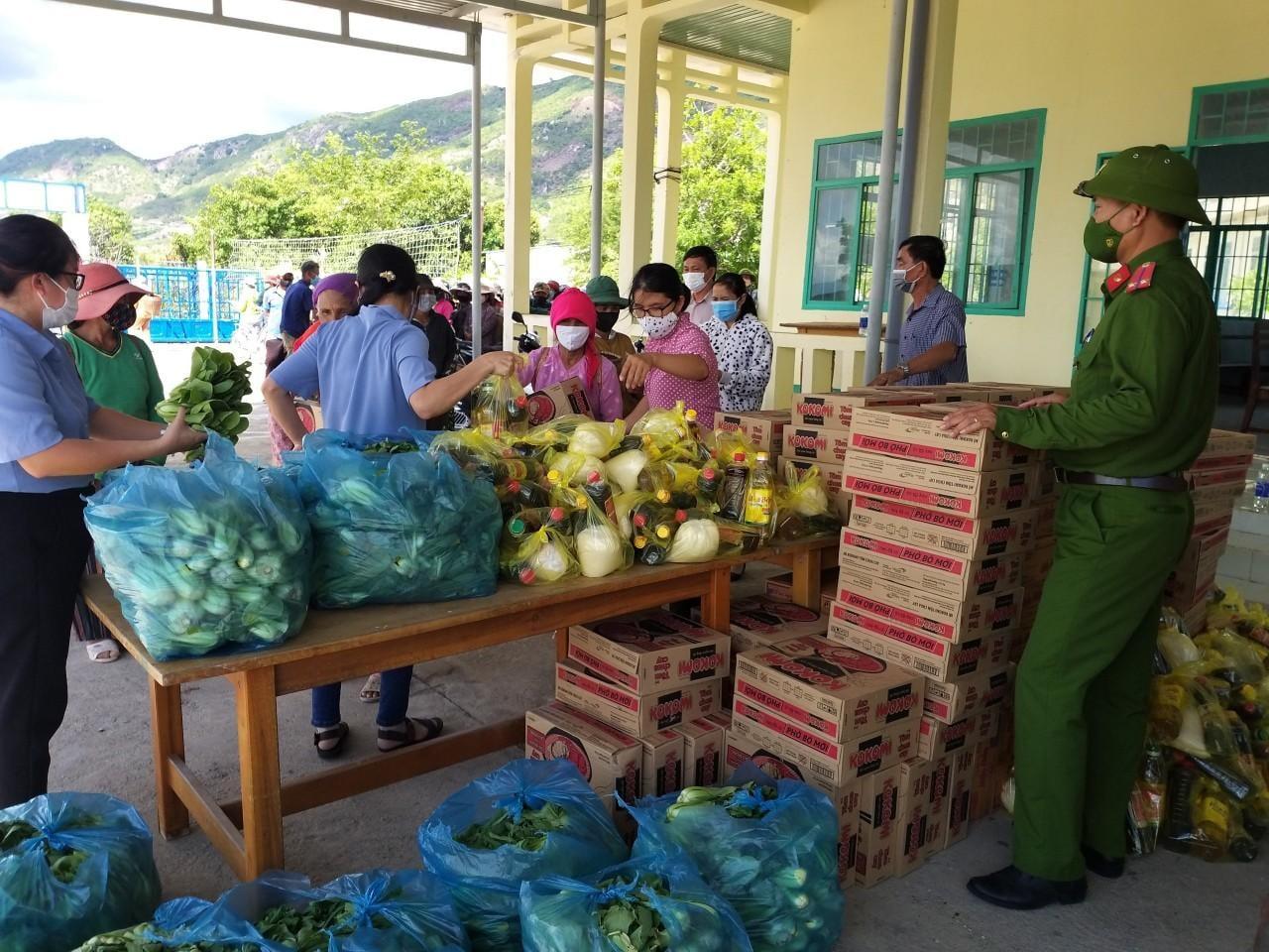 Công an Huyện Thuận Bắc trao tặng thực phẩm đến các hộ dân khó khăn do Covid-19