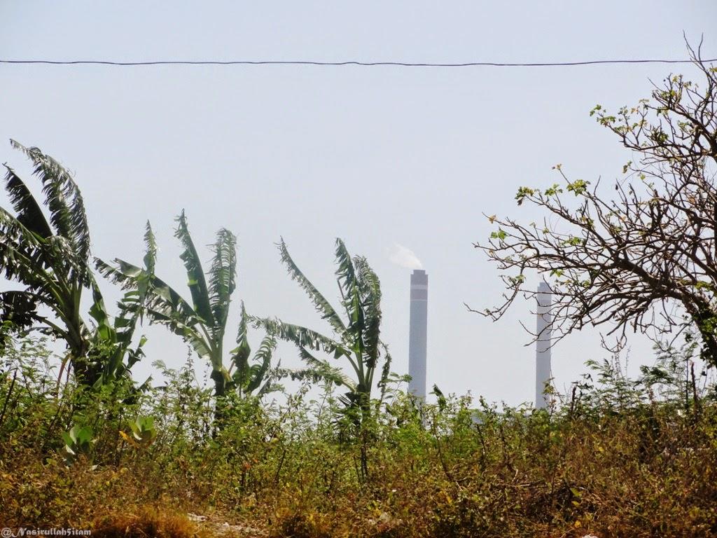 Tower PLTU terlihat dekat dari pantai Ombak Mati, Bondo, Jepara