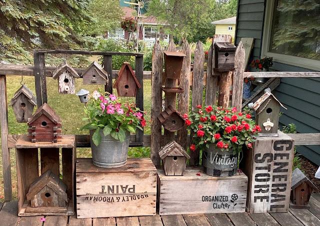 Foto de casas de pássaros rústicas no convés
