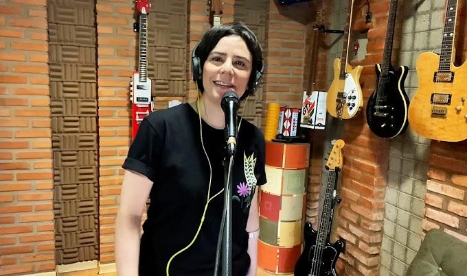 Fernanda Takai é autora e intérprete da versão brasileira de tema de série sobre superação na infância