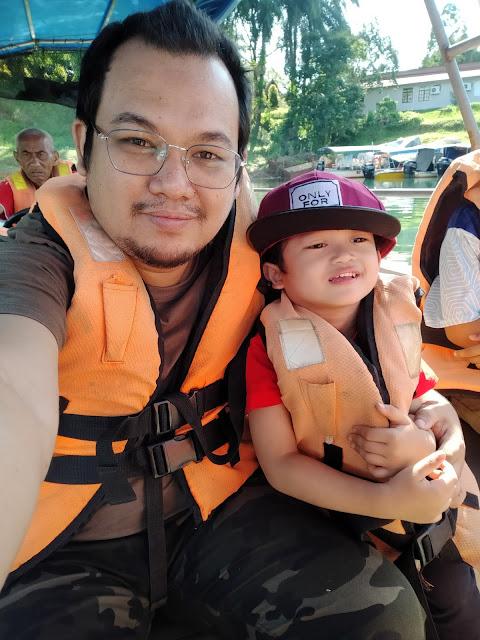 gambar selfie ayah dan anak dalam bot