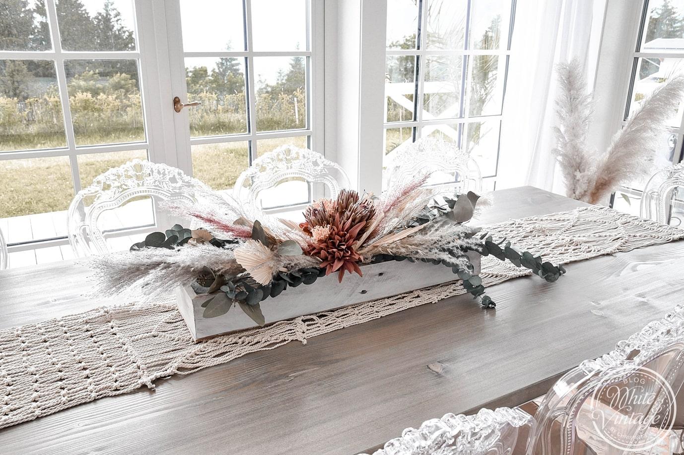Tischgesteck aus Trockenblumen im Boho-Look selber machen.