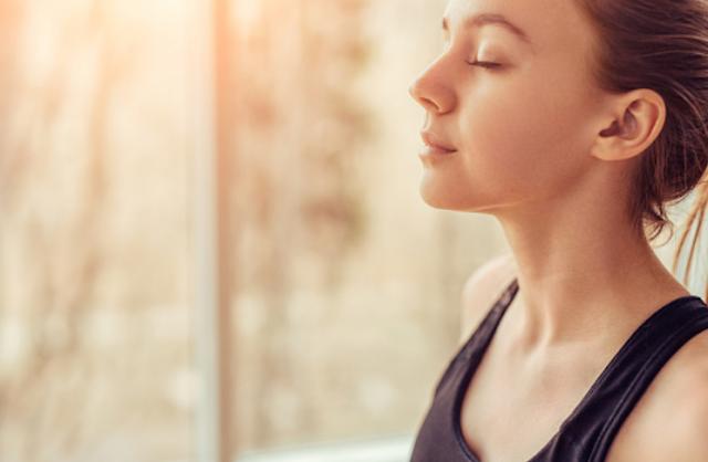 Alat-Alat Pernapasan Dalam Tubuh Bernapas merupakan bagian dari proses kehidupan yang sangat penting bagi manusia, yaitu dengan cara memasukkan udara ke dalam tubuh serta mengeluarkan sisanya keluar tubuh. Pada proses bernapas terjadi pertukaran oksigen (O2) dan karbondioksida (CO2) antara tubuh dan lingkungan. Berikut ini adalah alat-alat pendukung pada pernapasan di dalam tubuh :  Hidung Hidung merupakan organ paling luar pada sistem pernapasan dan berfungsi untuk menghangatkan udara, melembabkan udara, dan menyaring udara. Di dalam hidung terdapat banyak saraf pembau. Pada permukaan rongga hidung terdapat rambut-rambut halus dan selaput lendir yang memiliki fungsi untuk menyaring udara dari debu dan benda-benda lain yang bersifat berbahaya. Udara yang masuk ke paru-paru tidak terlalu kering dan tidak terlalu lembab.  Udara bebas tidak hanya mengandung oksigen akan tetapi terdapat gas-gas lain seperti; karbondioksida (CO2), belerang (S), dan nitrogen (N2). Gas-gasa tersebut ikut terhirup, akan tetapi hanya gas oksigen saja yang dapat berikatan dengan darah.  Tenggorokan Tenggorokan merupakan salah satu bagian dari organ pernapasan yang berupa satu pipa yang dimulai dari pangkal tenggorokan (laring), batang tenggorokan (trakea), dan cabang batang tenggorokan (bronkus). Laring (Pangkal Tenggorokan) Udara yang kita hirup akan masuk ke laring melalui faring. Faring merupakan persimpangan antara rongga mulut ke kerongkongan dan rongga hidung ke tenggorokan. Organ ini terdiri atas lempengan-lempengan tulang rawan. Fungsi laring adalah untuk mengatur masuknya udara dari hidung ke trakea.  Trakea (Batang Tenggorokan) Organ ini tersusun oleh cincin tulang rawan di depan kerongkongan dan berbentuk pipa. Organ ini berlendir dan memiliki sel-sel silia yang berfungsi untuk menahan debu atau kotoran masuk ke paru-paru.  Bronkus (Cabang Batang Tenggorokan) Cabang batang tenggorokan (bronkus) merupakan cabang dari batang tenggorokan (trakea). Bronkus terdiri dari dua cabang yaitu